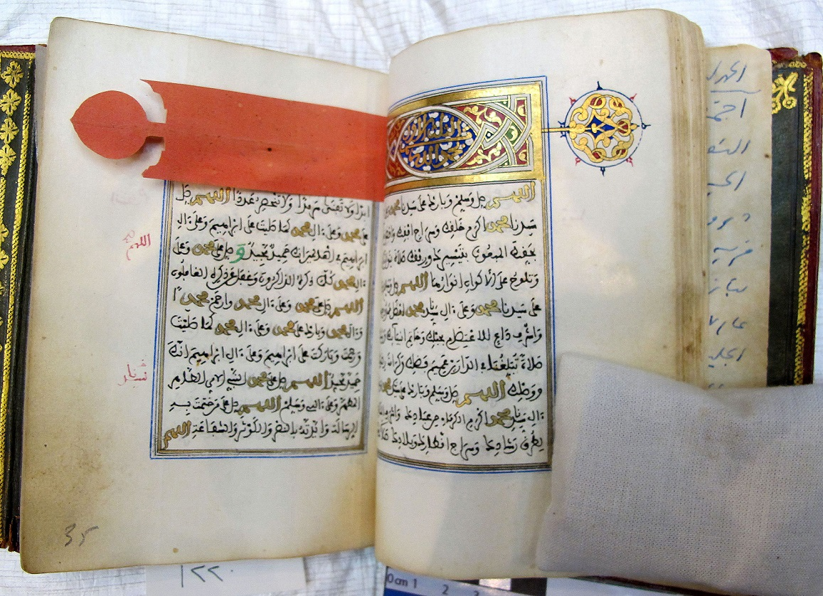 The heading interleaf, dyed with safflower, consists of a band of paper terminated by a circular extension to protect the illuminated title and the marginal rosette, HC-QNL 1220, 19th century, Heritage Collection of Qatar National Library, Doha, Qatar. ©Qatar National Library