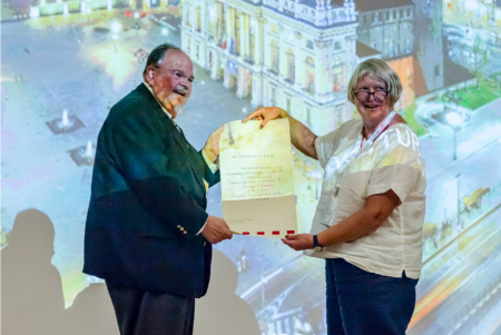 Thomas Chase being presented an Honorary Fellowship by IIC President Sarah Staniforth at the IIC Turin Congress. Photo: Mikkel Scharff.