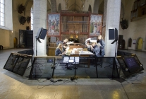 The on-site conservation studio is situated behind the altarpiece in full view of the public. Image by Villu Plink.